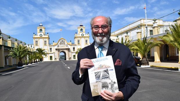 Pascual Castilla con sus fotos de la mili en La Carraca.