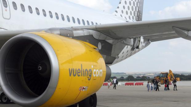 Uno de los aviones de Vueling , en la pista del aeropuerto de Jerez