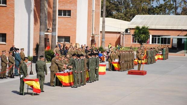 Los soldados recogen sus certificados.