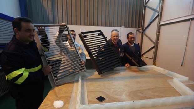 Personal de Navantia y la UCA muestra las rejillas fabricadas con tecnología 3D para los petroleros