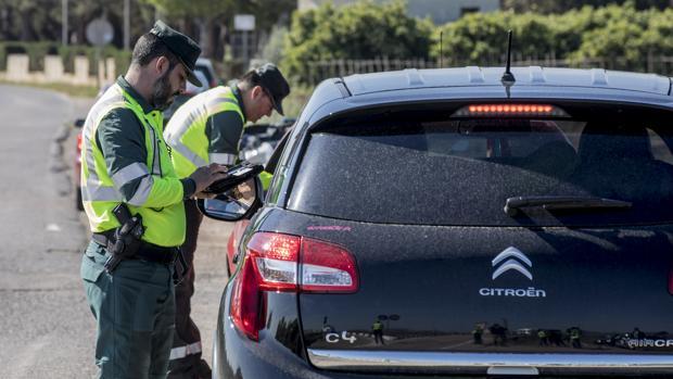 Agentes de ls Guardia Civil en un control de tráfico