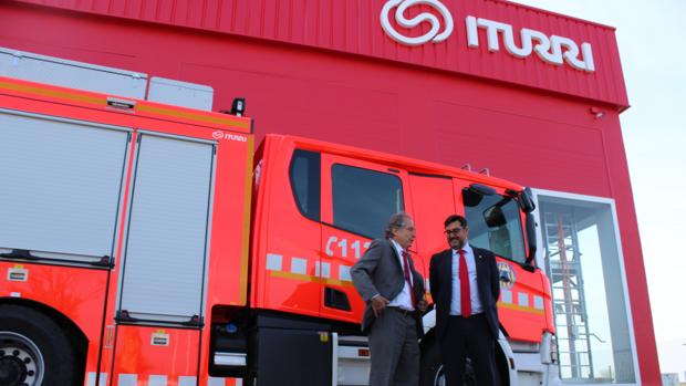 Juan Iturri, director general de la empresa, conversa con José María Villalobos, alcalde de Utrera