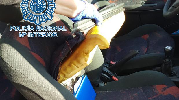 Imagen del registro al coche del estafador, que fue detenido en San Juan