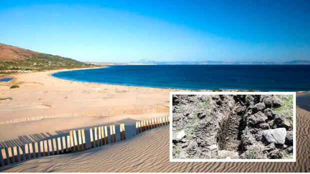 La playa de Valdevaqueros, en Tarifa, junto a una imagen del yacimiento arqueológico que ha aparecido según la plataforma.