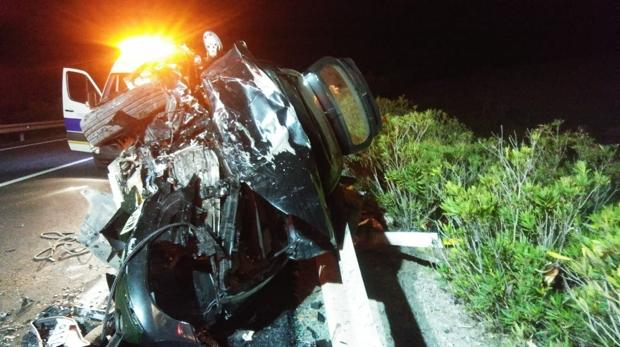 Así quedó uno de los vehículos siniestrados en el accidente de tráfico.