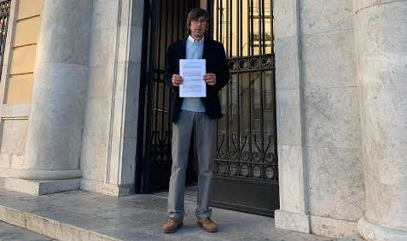 Juan María Mangana presenta la denuncia contra el alcalde de Benaocaz, Antonio Venegas.