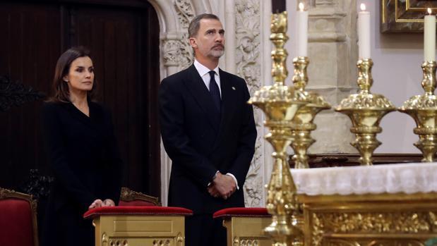 Los Reyes Felipe y Letizia en el funeral de Pérez-Llorca