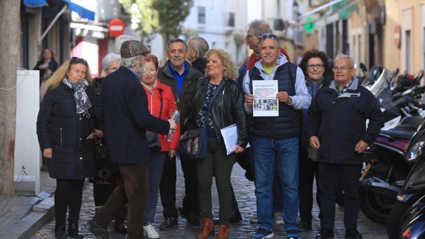 Miembros de la Marea de Pensionistas de Cádiz ayer antes de explicar sus reivindicaciones en el hogar del pensionista de la calle La Rosa.