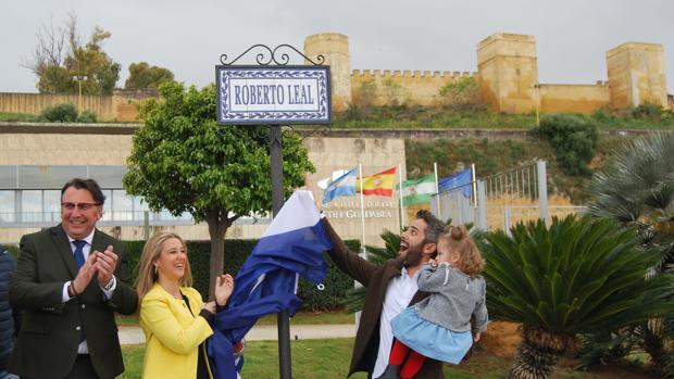 Roberto Leal descubrió el rótulo con su calle frente al Auditorio Riberas del Guadaíra