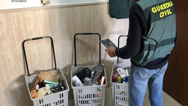 Tres cestas llenas de productos de cosmética e higiene robados en supermercados del Aljarafe