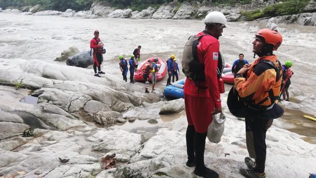 Los equipos de rescate de Ecuador, en la zona donde desapareció Lete.