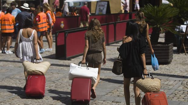 Varias turistas cruzando por la plaza de la Catedral, en Cádiz.