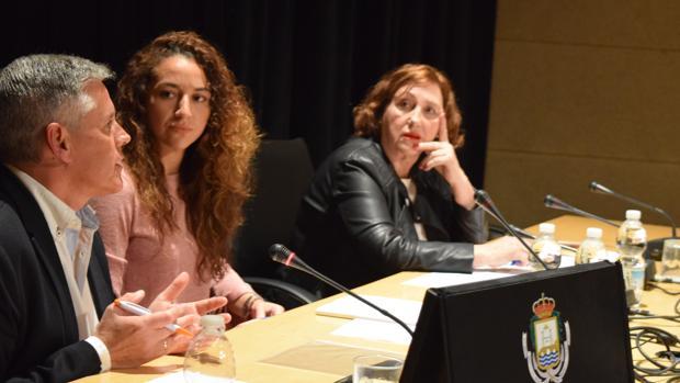 Javier Cano habla bajo la mirada de la periodista Verónica Sánchez y la socialista María Jesús Castro.
