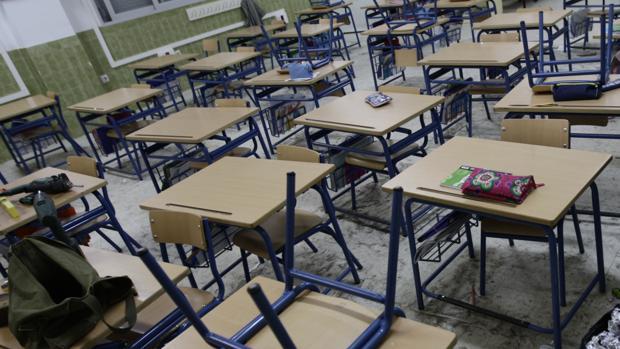 Imagen de una clase de un colegio de Cádiz, con los pupitres de cada uno de los alumnos