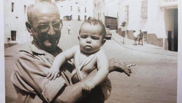 Alejandro Sanz en brazos de su abuelo en la calle de Alcalá que hoy lleva su nombre