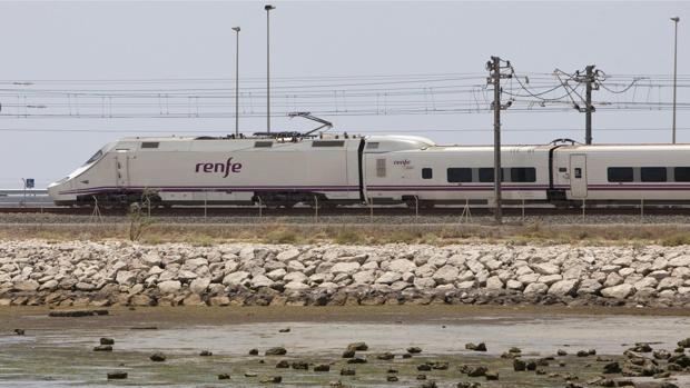 El tren de la costa entre Cádiz y Nerja, un proyecto que quiere recuperar Podemos.