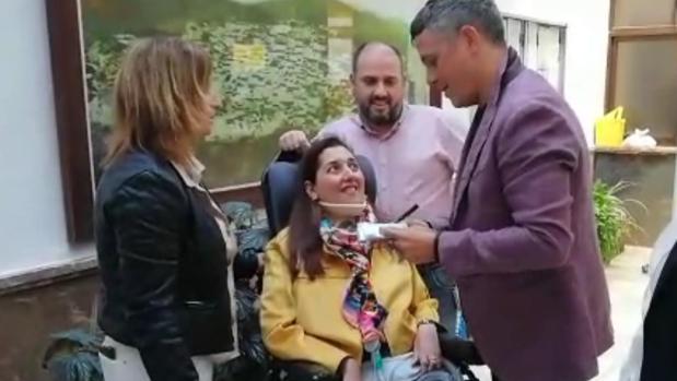 Patricia, junto a su marido Paco y su amiga Nuria en el encuentro con Alejandro Sanz en el Ayuntamiento de Alcalá de los Gazules