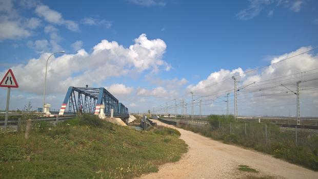 Vía paralela al Puente de Hierro.