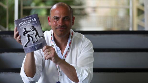 El policía de La Línea retirado, ponente e instructor de tiro, Ernesto Pérez Vera, presenta nuevo libro.
