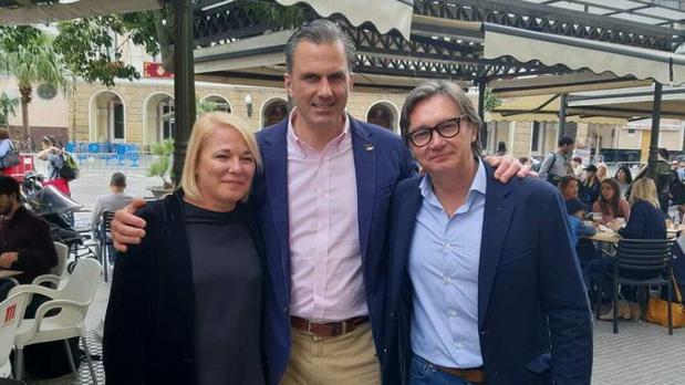 Ana Peral con el Secretario General de Vox y Manuel Gavira.