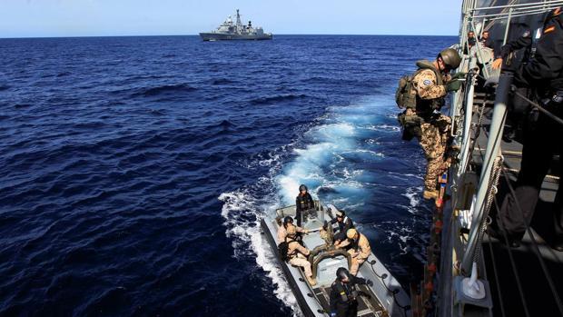 El Equipo Operativo de Seguridad de la fragata 'Numancia' se prepara para una aproximación amistosa a un barco en la operación 'Sophia'.