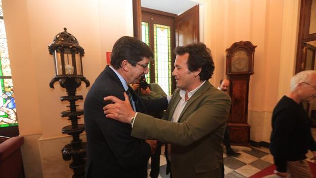 El alcalde, junto a Juan Marín, en Alcaldía.