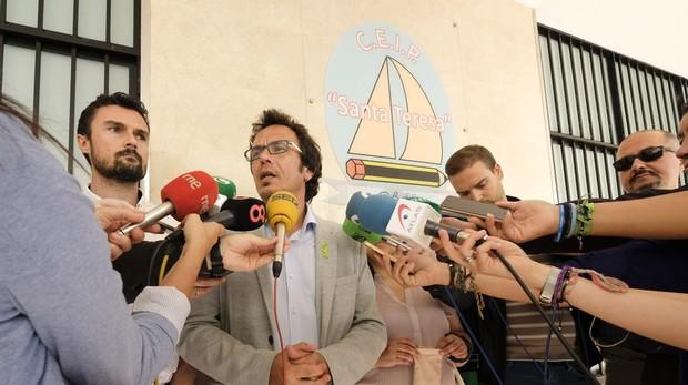 El alcalde, José María González, durante una visita al colegio público Santa Teresa el año pasado.