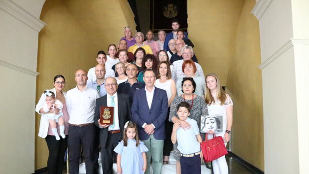 Foto de familia tras el acto a Manuel Macías.