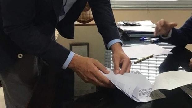 El candidato del PP a la Alcaldía de Chiclana, Andrés Núñez, se ha presentado en la Notaría con su programa electoral.