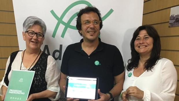Kichi, junto a miembros de Adelante Cádiz mostrando la página web con el programa electoral.