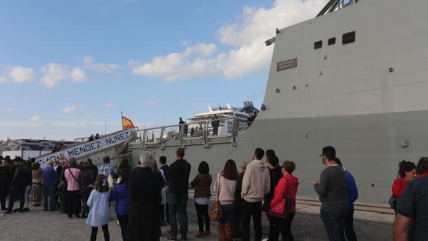 Jornada de puertas abiertas de la 'Méndez Núñez' en el puerto de Cádiz en febrero de 2018