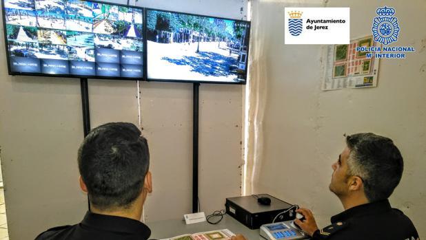 Los agentes de la Policía velan por la seguridad de los vecinos y turistas a través de estas videocámaras.