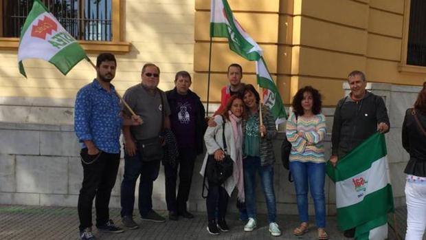 Representantes de Ustea, Confluencia Sindical de la Bahía y del sindicato de justicia, esta mañana frente a la Seguridad Social