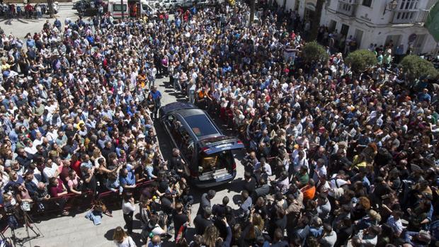 La Plaza Fragela, abarrotada, despide al coche fúnebre de Juan Carlos Aragón, al terminar la capilla ardiente.