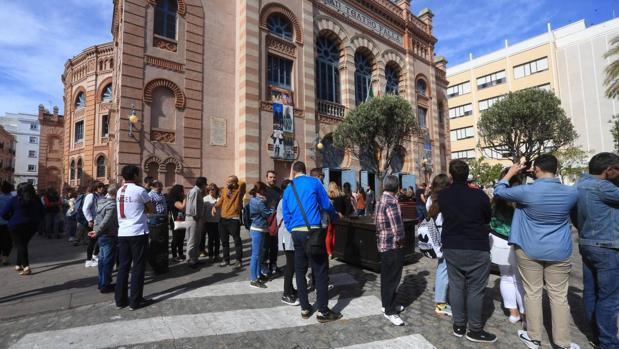 Los aficionados rinden homenaje a Juan Carlos Aragón.