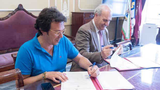 El alcalde firmando este martes el convenio con el Consejo Local de Hermandades y Cofradías.