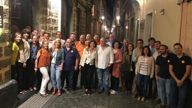 Domingo Villero, en la calle Beato Diego, rodeado de su equipo.