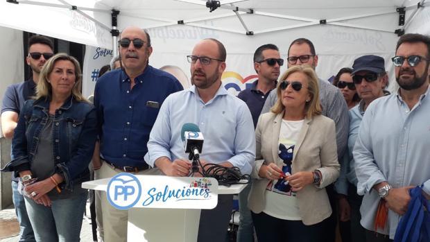 Germán Beardo con parte de su lista electoral