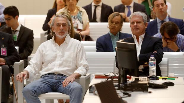 El cabecilla de la trama Gürtel, Francisco Correa (i), y su número dos, Pablo Crespo (d), son juzgados desde este lunes en la Audiencia Nacional.