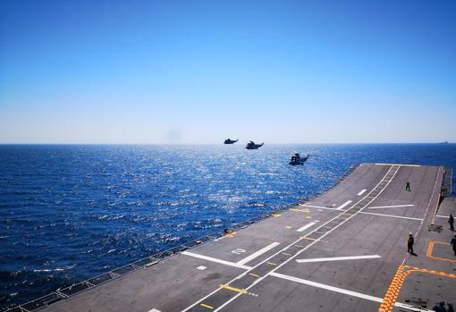 Imagen de los tres helicópteros 'Sea King' que van a bordo del LHD.