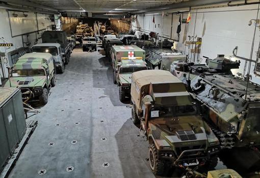 Los hangares del buque insignia repletos de material.