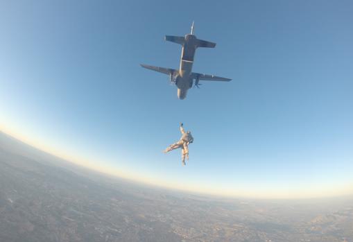 Durante su formación también aprenden a saltar en paracaídas.