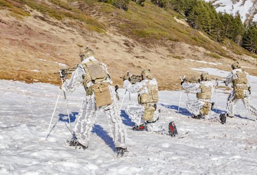Los militares de la FGNE también saben tácticas de combate invernal.