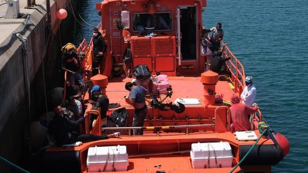 FOTOS: Remolcan una patera a Puerto América, en Cádiz