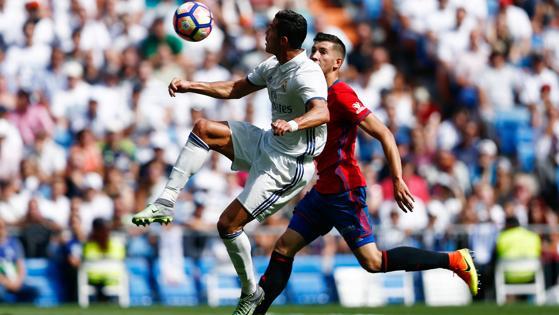 Cristiano controla ante un rival.