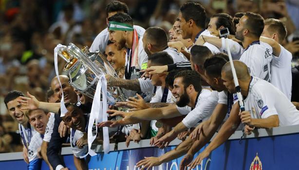 Sergio Ramos, levantando la Champions lograda en San Siro