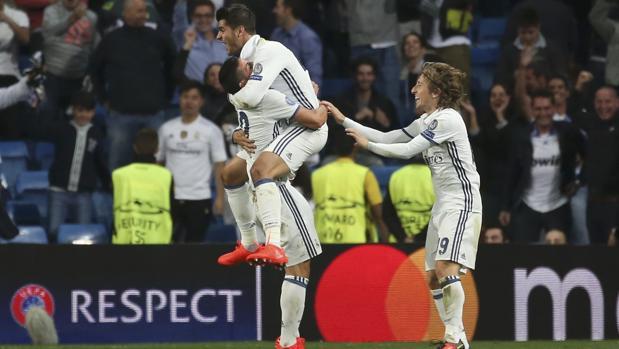 Morata se abraza a James en presencia de Modric