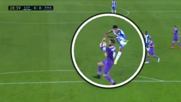 Imagen de la acción que le pudo costar la segunda amarilla a Ramos