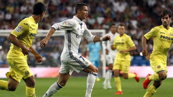 Cristiano Ronaldo conduce el balón en el Santiago Bernabéu