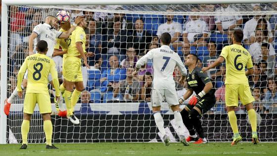 Benzema pugna por un balón en el área del Villarreal